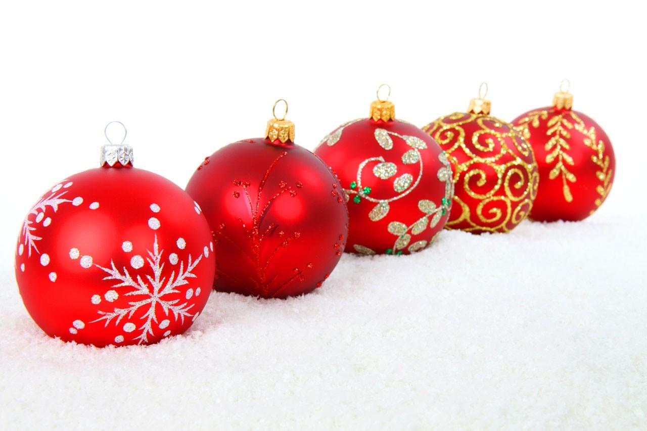 Rouge-Boules-de-Noël-par-Petr-Kratochvil